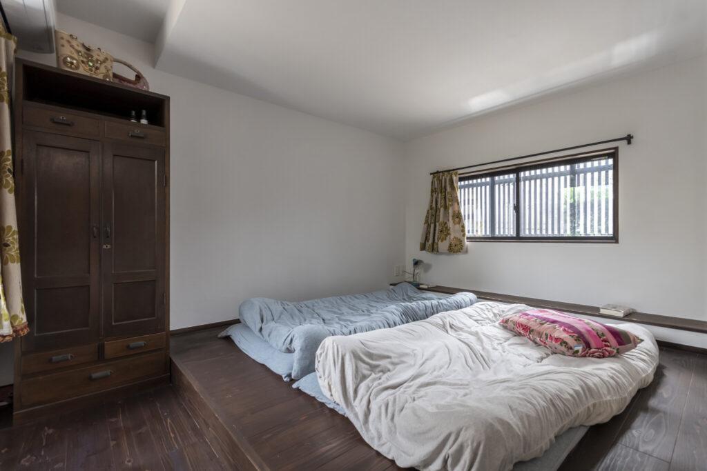 寝室。一段高くしたため、ベッドは不要。箪笥はこのスペースに合わせて、寒川町(神奈川県)の古道具屋で購入。