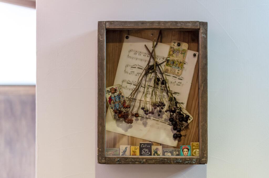 可愛らしい雑貨を詰め込んだ、奥さま自ら作製したアートボックス。
