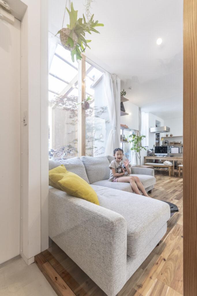 玄関から見る。リビングとの間をガラスで仕切ったためキッチンまで見通すことができる。