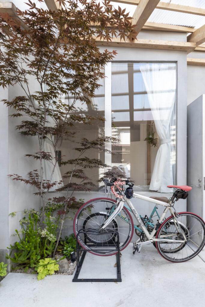 ソファの置かれた場所の外は自転車置き場。