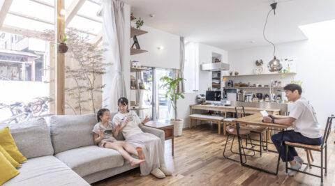 気軽に外と行き来できる鍵形の家 外へと開いた明るい空間で暮らす