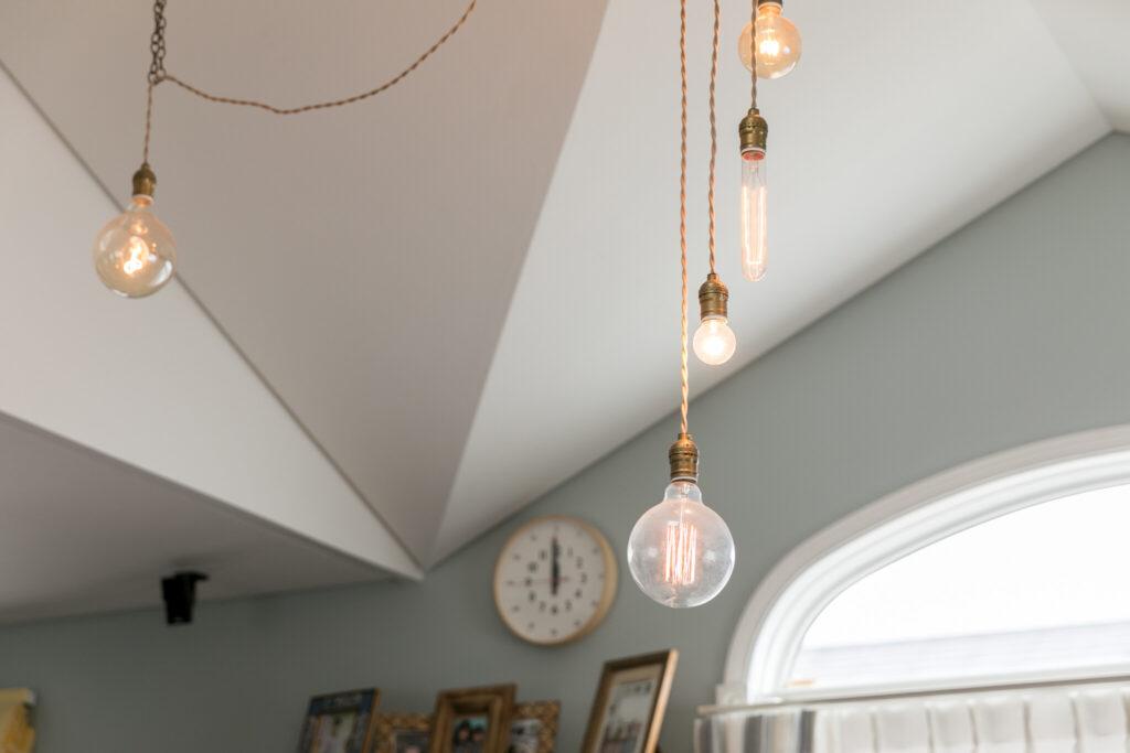 折り上げ天井を飾るライトはアミールさんの自作。