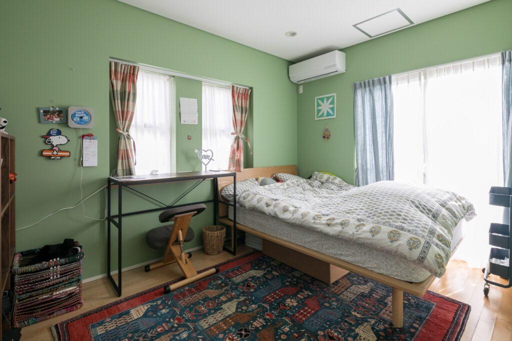 お嬢さんの部屋は生き生きとしたグリーン。