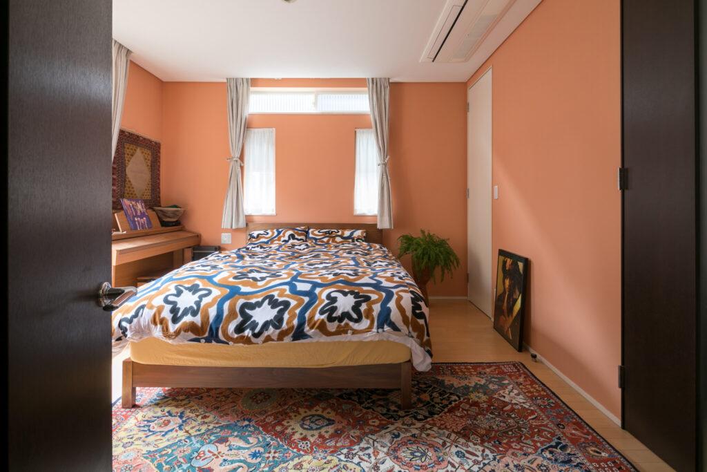 主寝室の壁はテラコッタカラーに。