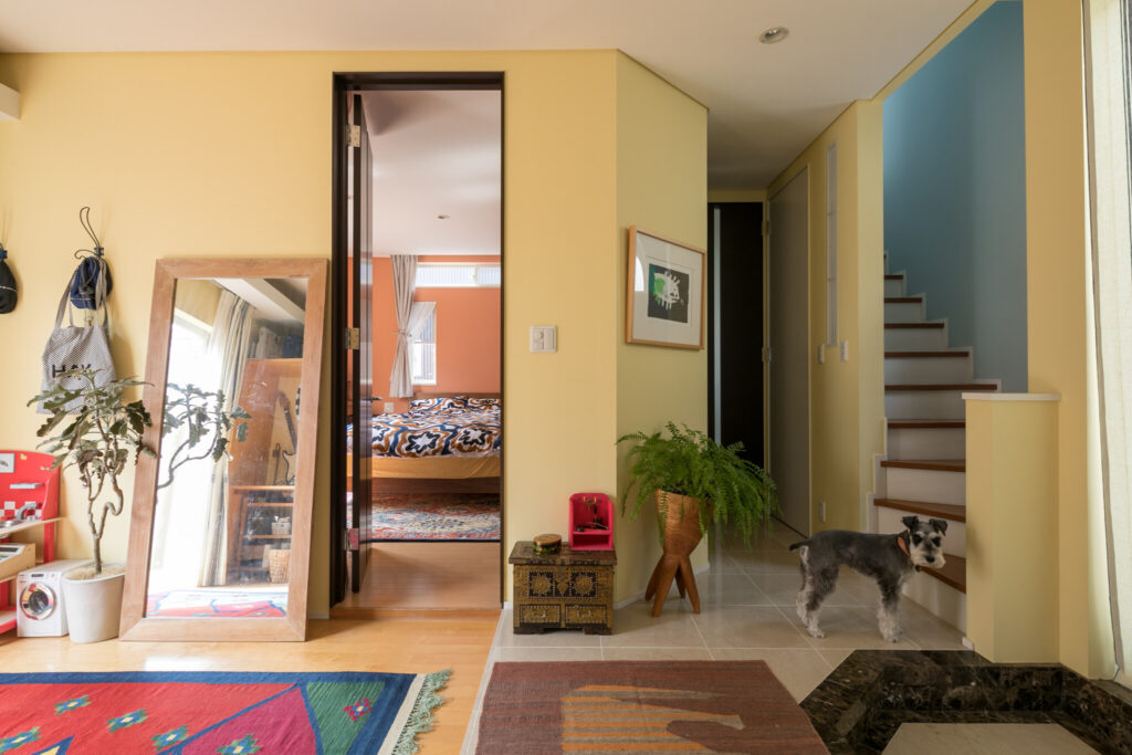 玄関ホールはイエロー。主寝室はドアが2箇所あり、回遊できるようになっている。