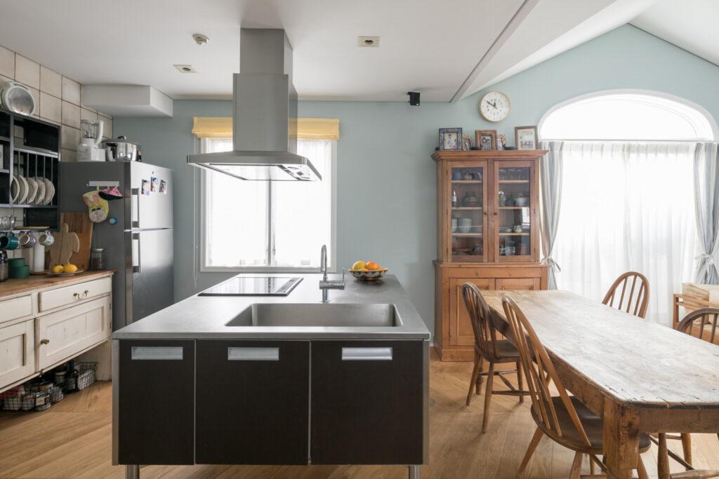 アイランドキッチンはもともとあったものを活かした。ダイニングテーブルと食器棚はペニー・ワイズのアンティーク。