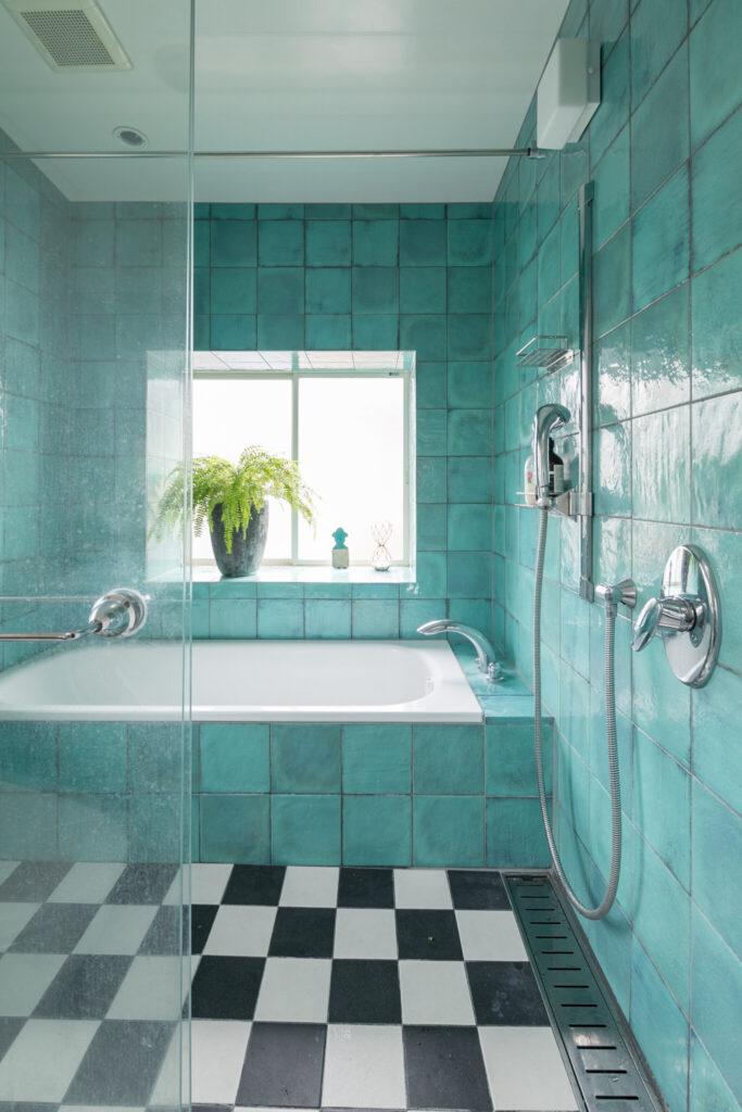 バスルームには海を思わせる色のタイルを。