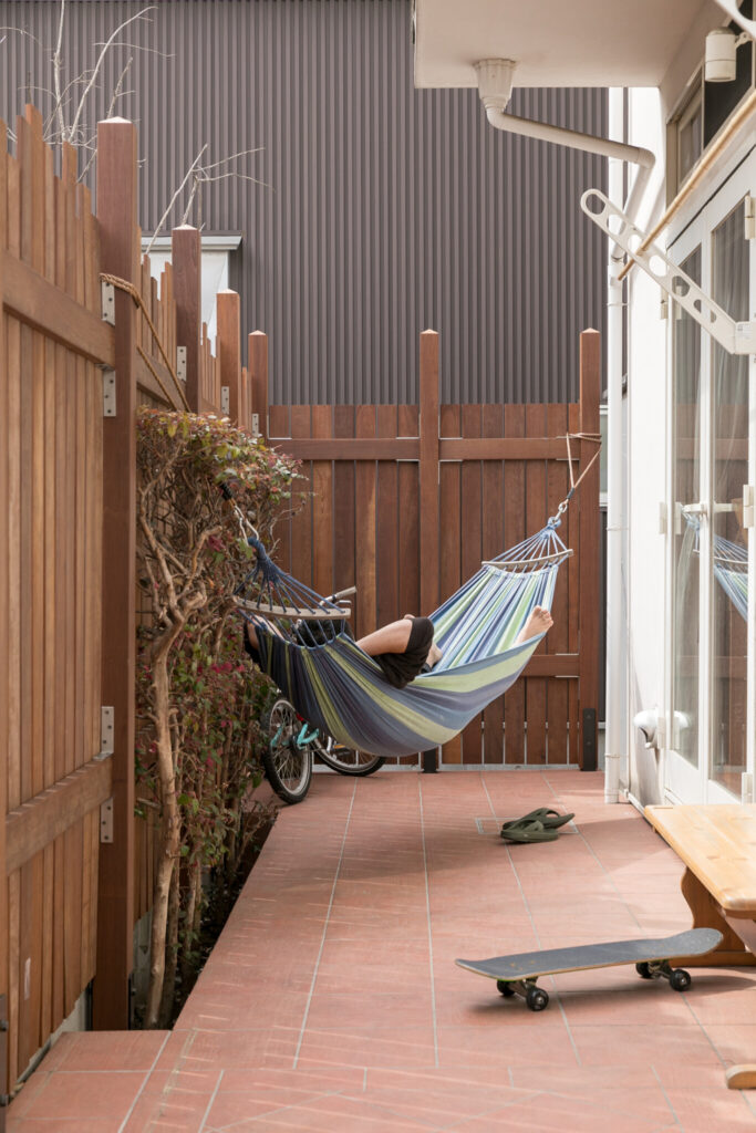 「庭はウッドデッキとタイルのどちらにするか迷ったのですが、メンテナンス不要のタイルにしました」