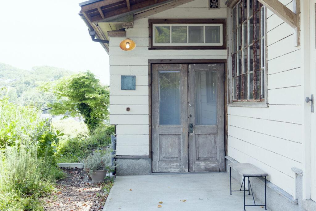 もともとは裕福な方の別荘として使われていた土地。築80年以上の洋館は、リノベーションして店舗に。朽ちたドアや窓枠が味わい深い。壁は、あやさんとご両親の3人でペイントした。