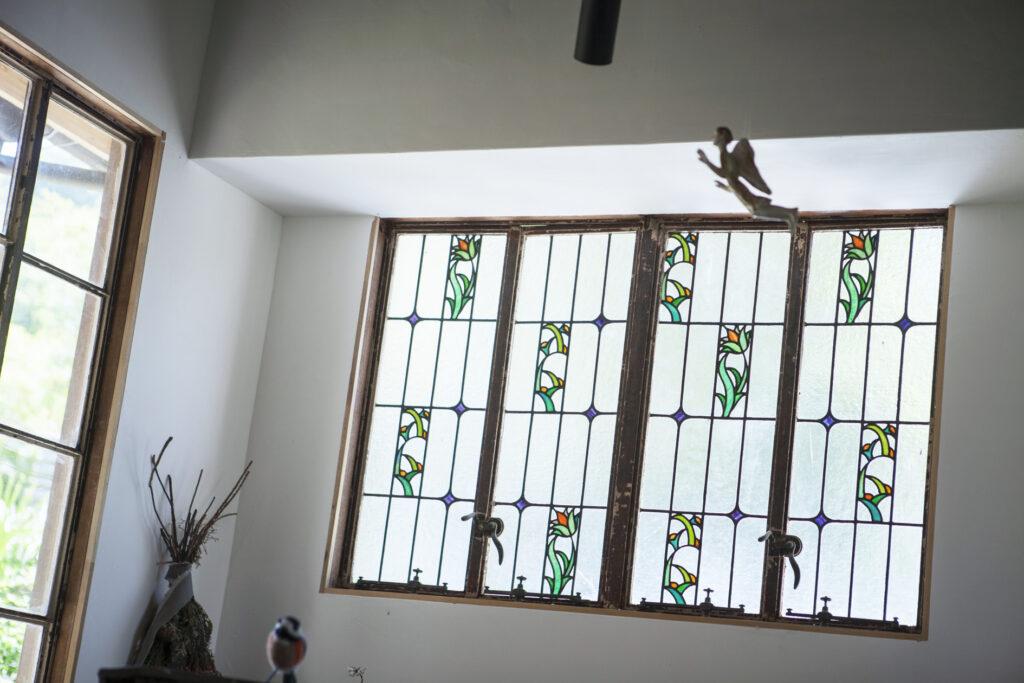 ステンドグラスに真鍮の取っ手、格子窓などアンティークならではの風合いに惹きこまれる。