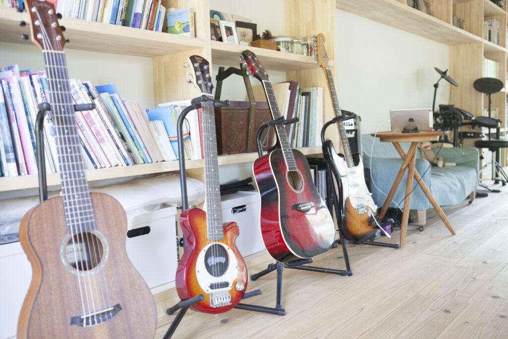 2階の趣味スペース。子供用のギターと大人用のギター、ドラムセットが並ぶ。中央に置いたキッズ用ソファは座面が低めで、座るとより開放感が味わえる。真さんのお気に入りの場所でもある。