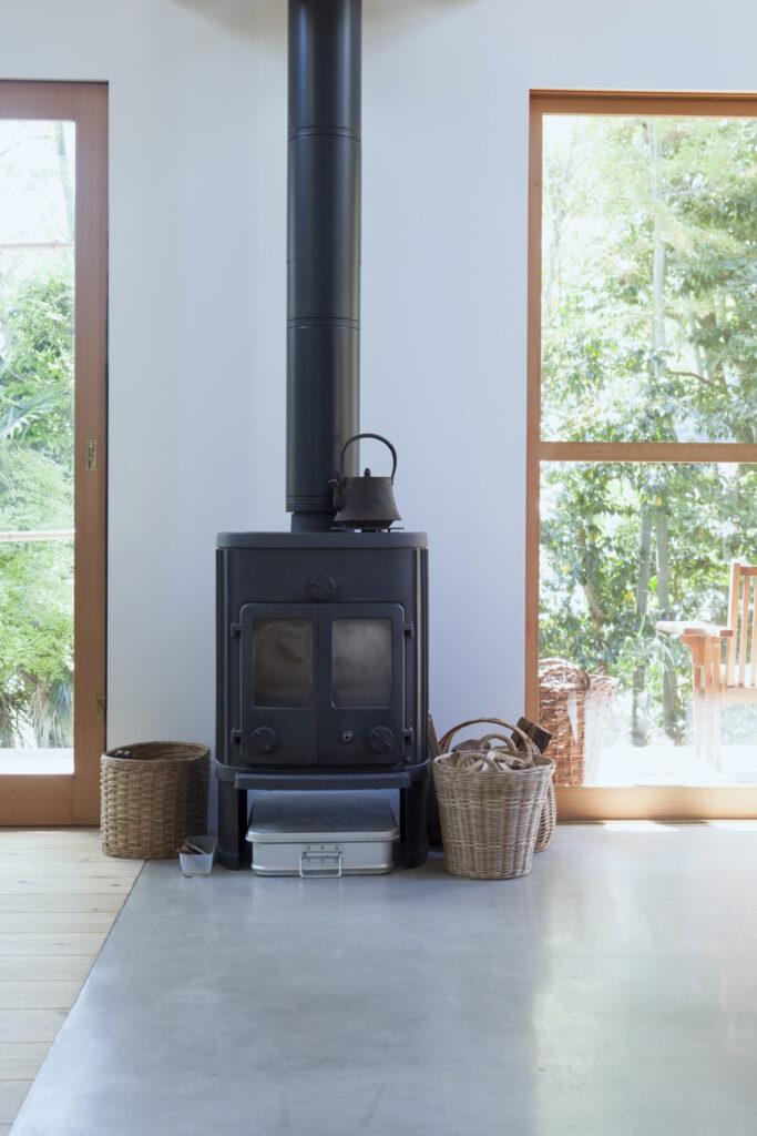 ご夫妻の憧れだった薪ストーブはデンマーク製で、『タカショー』で購入。汚れてもメンテナンスしやすいよう床はモルタルにし、60cmの断熱材を入れた。一度温まると冷えにくく、ずっとポカポカ。2階までしっかり温めてくれる。