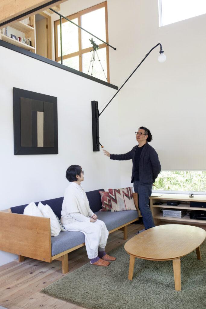 ジャン・ブルーヴェのウォールランプは、自由に動かせるため便利。電気の配線を隠すために真さんがボックスを作製した。ハンス・J・ウェグナーのデイベッドはユーズドの北欧家具店『talo』で購入。
