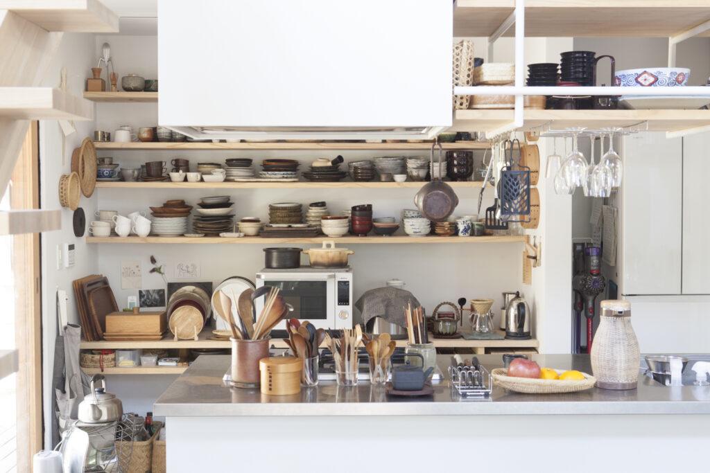 キッチンは、見せる収納を採用。お店で販売しているものも多い。