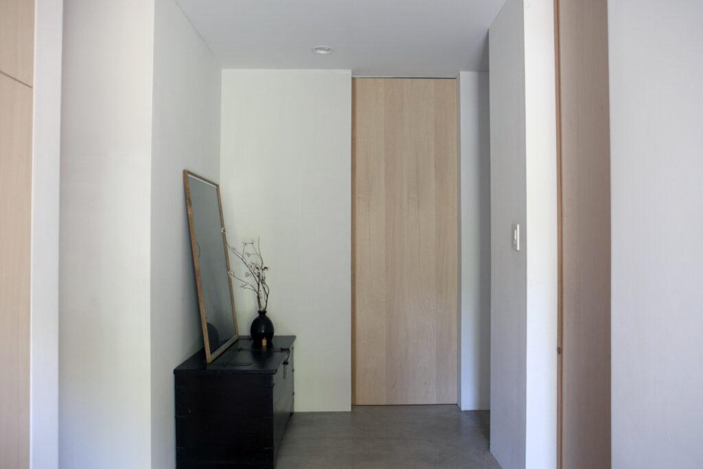 浅川邸の建具には枠がない。引き戸を採用していることもあり、どこもすっきりとした印象。左の奥がご両親のスペース。