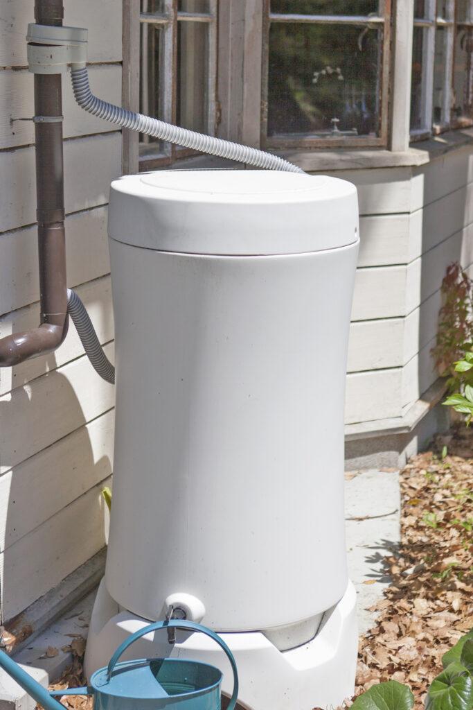 雨水タンク。植物への水やりにはこちらを使用。