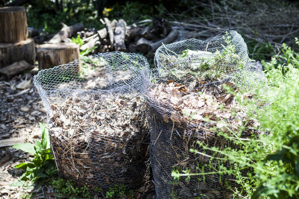 金網で作った簡易コンポスト。かえった土は畑に混ぜて使用しているそう。
