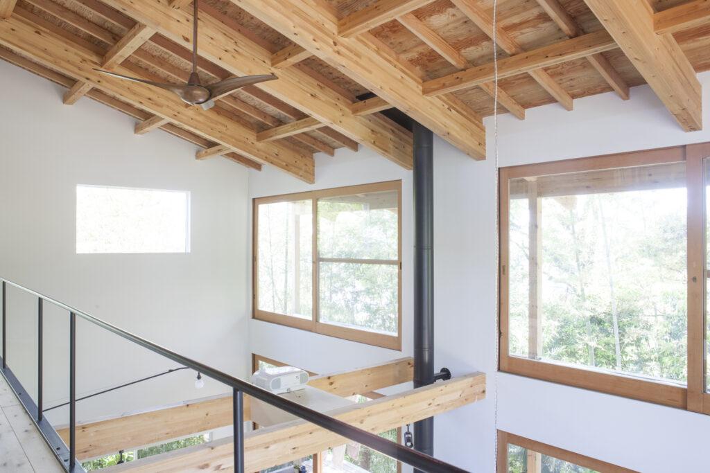 2階の正面にも大きな窓があり、竹林や空を眺めることができる。左側の白い壁にプロジェクターで映像を映し出し、上映会を開催することも。2階からの鑑賞も可能。