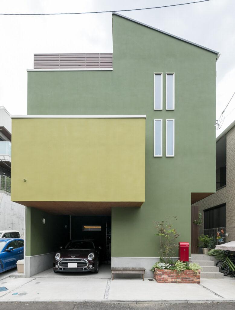 O邸外観。「家族はグリーンハウスと呼んでいます。色選びには悩みましたが、家族全員が好きな緑色を採用しました」(奥さま)。