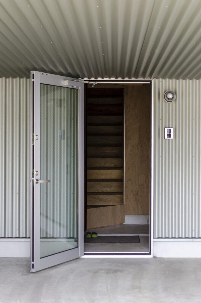 玄関の奥に階段が見えるが、これは姿見に映ったもので、階段の実物は入って右側にある。