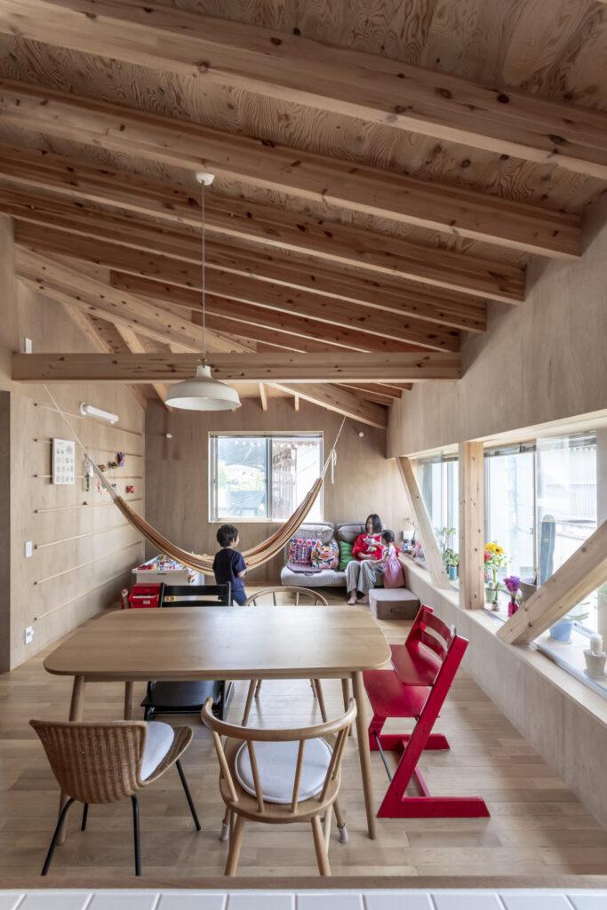奥のスペースは将来子ども部屋にすることを考えていているという。斜めにかけると美しいというハンモックはコロンビア産のもの。