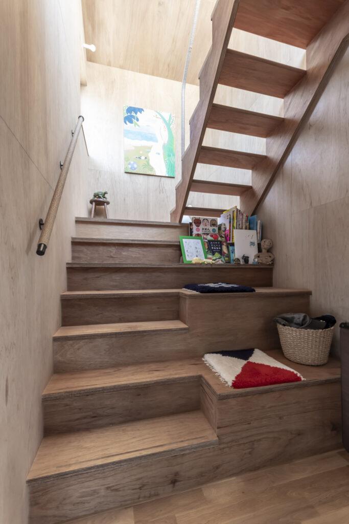 右はテラスへと上がる階段の途中に子どもたちの居場所としてつくられたスペース。