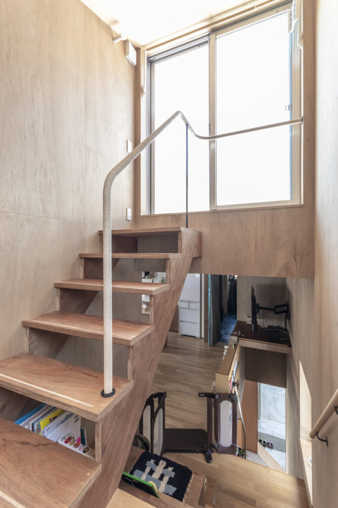 階段の先にはテラスが設けられている。