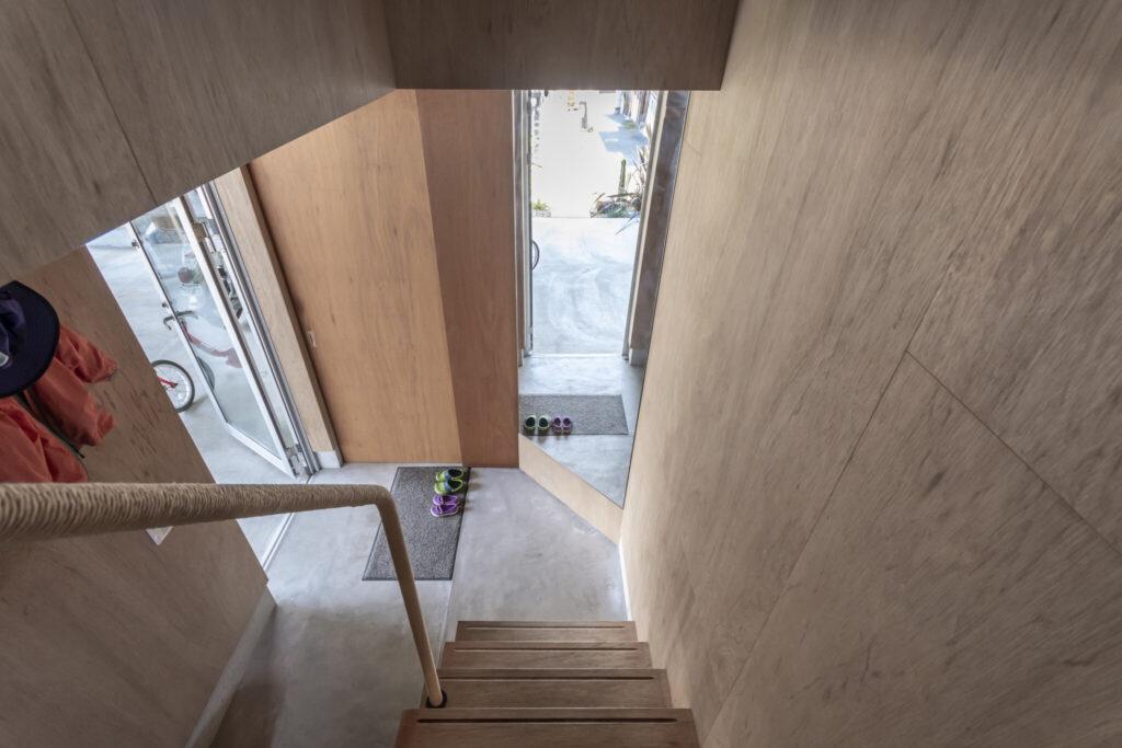 階段下には姿見が斜めに設置されていて、2階からでも玄関先の様子がわかる。