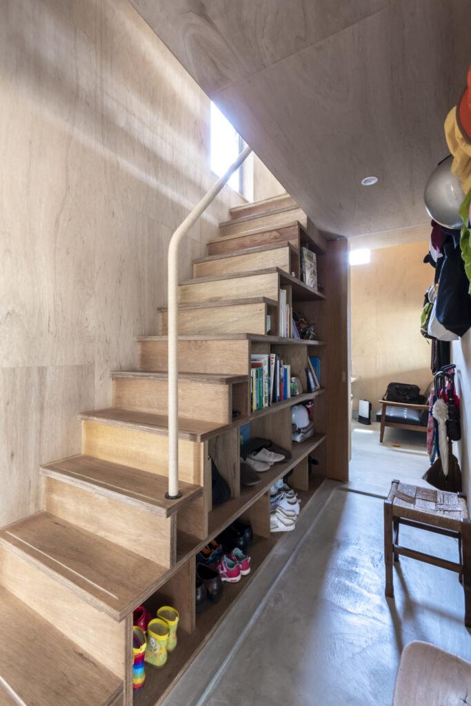 右が洋平さんの個室。階段の下は本などの収納棚になっている。手すりはペーパーコード巻き仕上げ。