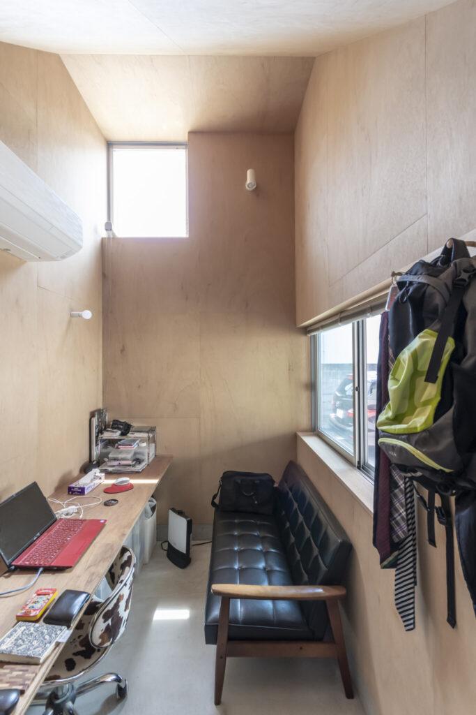 洋平さんが「とても使いやすい」と話す1階の個室。テーブルが入口から奥の壁まで続く。