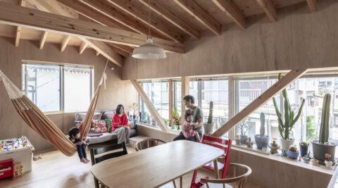 ピロティと出窓でLDKが広々 サボテンとハンモックのある家で暮らす