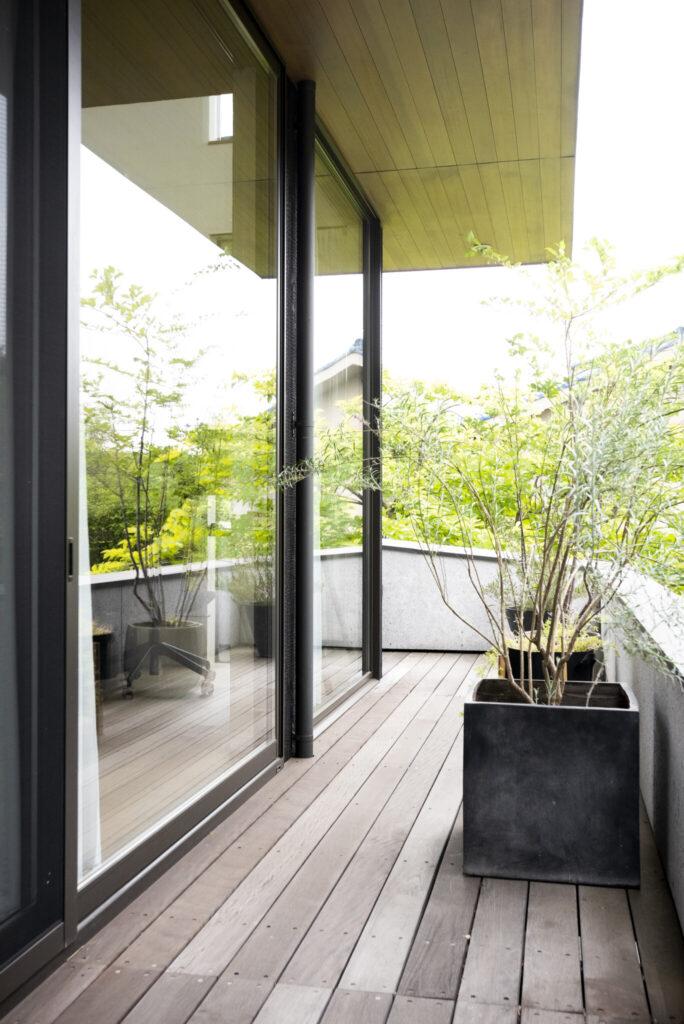 眺望が開けた東側と南側に軒下空間を配置。軒は建蔽率に入らない奥行1m以内に設定。