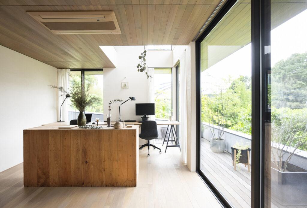 眺望を満喫しながら仕事ができる、1階のワークスペース。ツガ材の天井を軒まで連続させることで、視覚的に広がりをもたせた。