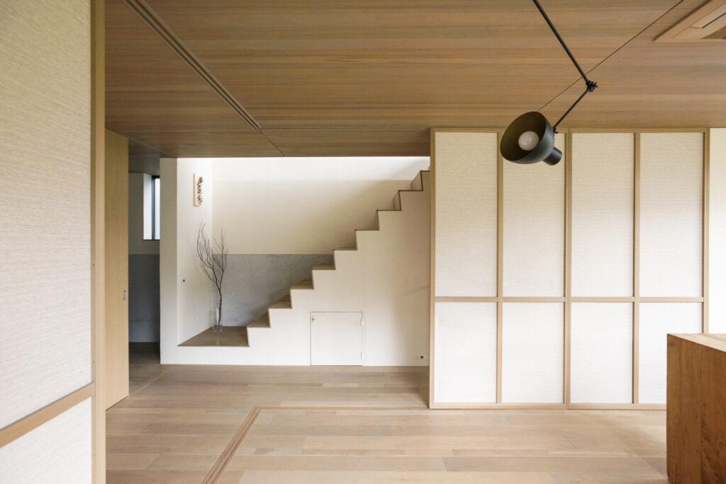 階段のフォルムをそのまま見せた階段。蹴込部分は角度をつけて上りやすく。