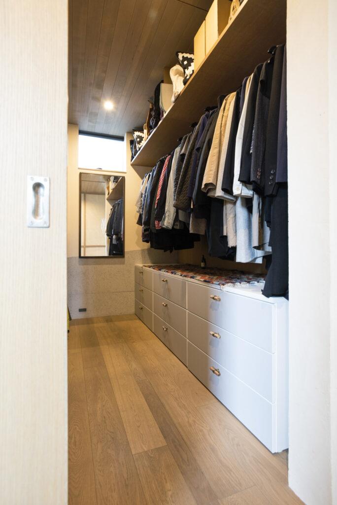 エントランス脇に設けたウォークインクローゼット。靴も傘もすべて収納。『IKEA』の引き出しは取っ手を付け替え、アレンジ。