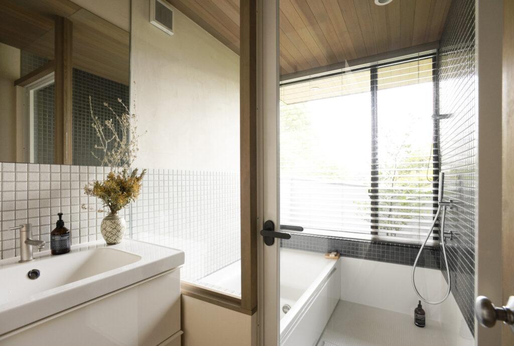大きな窓から見事な景観が楽しめる1階のバスルーム。壁にはキッチンと同じタイルを使用。