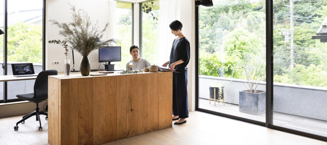里山の風景を取り込む 室内と一続きの軒下テラスが 豊かな時間をもたらす