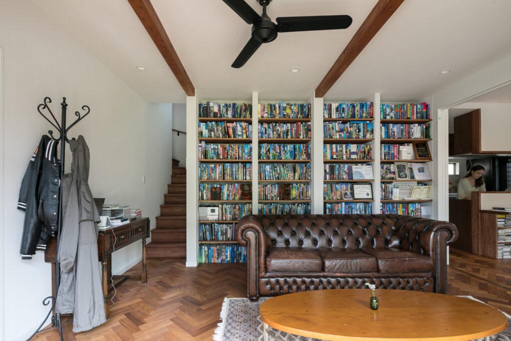リビングの壁一面に設置された本棚には、これまで仕事で使ってきた洋書が並ぶ。