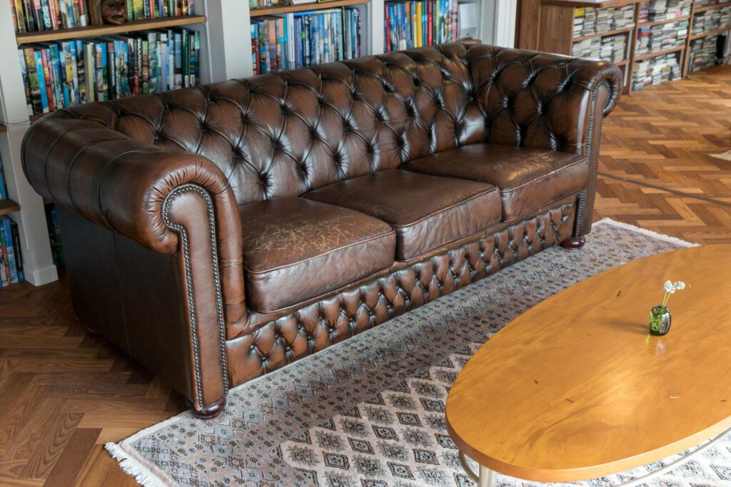 地元にある外国製の中古家具専門店で購入したチェスターフィールドソファ。ヘリンボーン張りの床と合う。