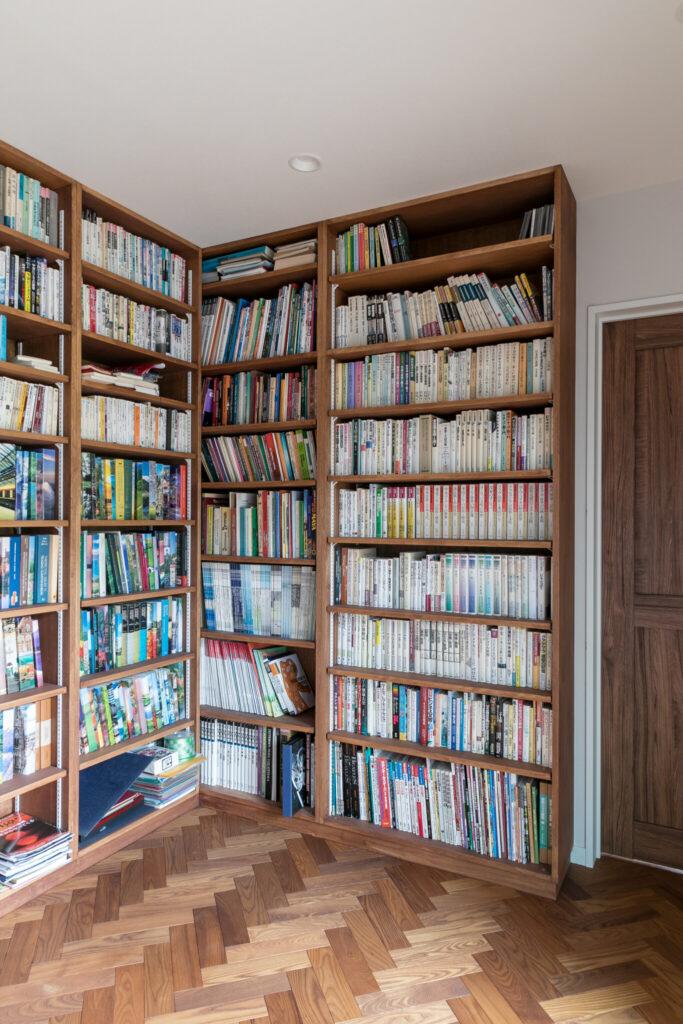 2階に上がって正面に見えるのはコの字型の本棚。右側の本棚と向き合うようにもう一面ある。