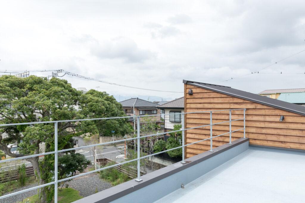 1階から階段が続いているため、招いた友人たちを気軽に屋上へ案内することが出来る。