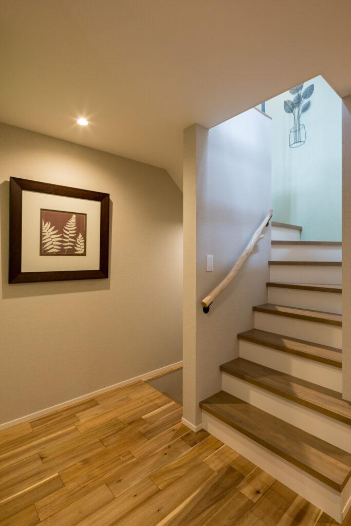 2階に上がる階段ホール。階段の手すりは奥さまの実家にあったケヤキの木を再利用している。