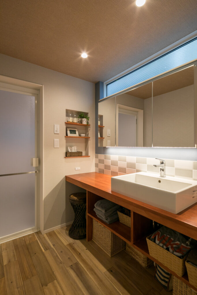 1階の洗面スペース。「自分たちの体格にあわせて使いやすいように、棚の高さなど寸法には特にこだわりました」(ご主人)。