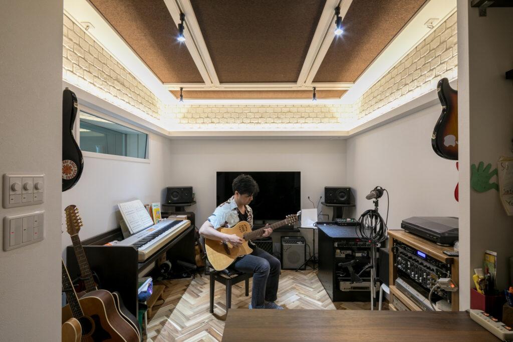 音楽を趣味としているご主人のこだわりがつまった防音室。設計にはプロのスタジオも手がける防音工事会社「アコースティックエンジニアリング」が携わった。ビートルズが録音を行ったことで有名なアビーロードスタジオの雰囲気を意識した設え。