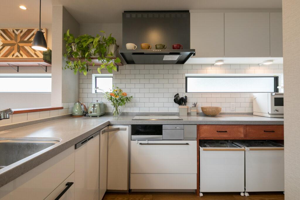 料理好きな奥さまのこだわりがつまったキッチン。家の雰囲気とのバランスを考えて、クリナップの既製品の天板をのばし、造作の木材の棚をあわせた。