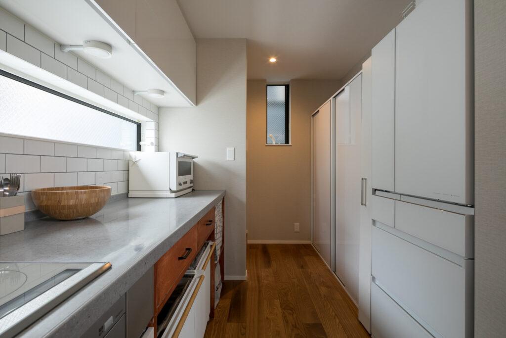 「友人に料理を教えることもあるので、人が数人いても動きやすいように、広々としたキッチンを希望しました」と奥さま。また、バルコニーへの動線を考慮して、キッチン奥に洗濯機を設置している。
