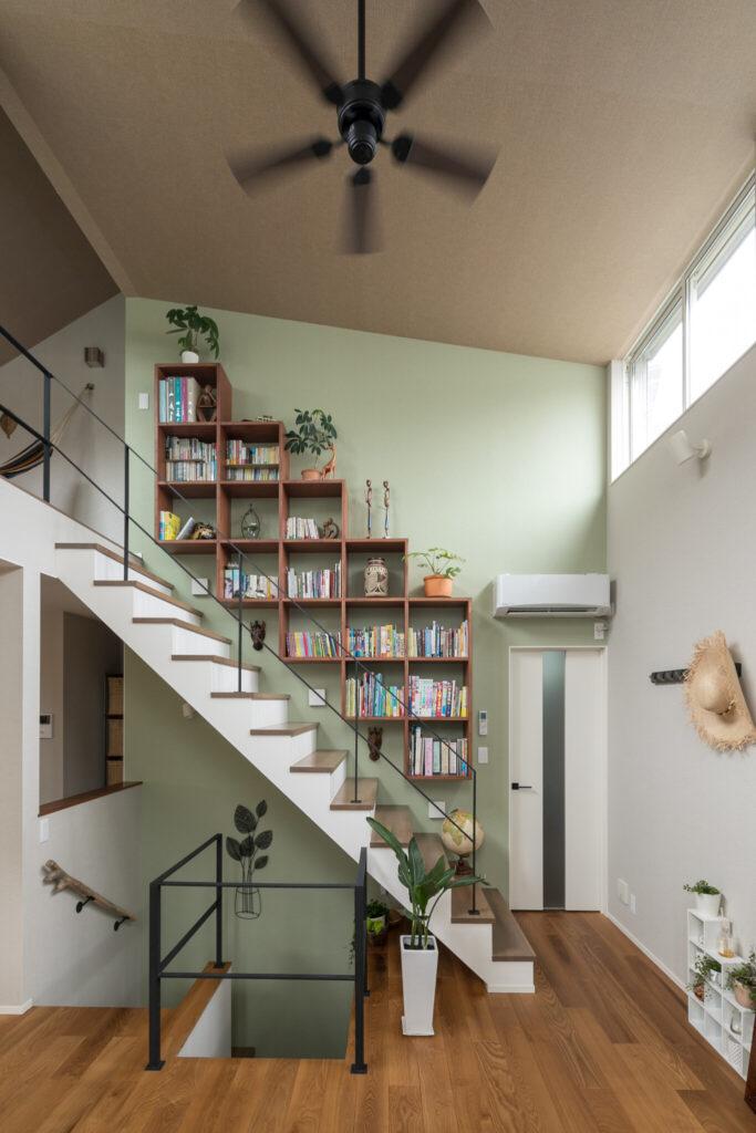 造作の本棚には読書好きな長男の本と奥さまのインテリアが並ぶ。