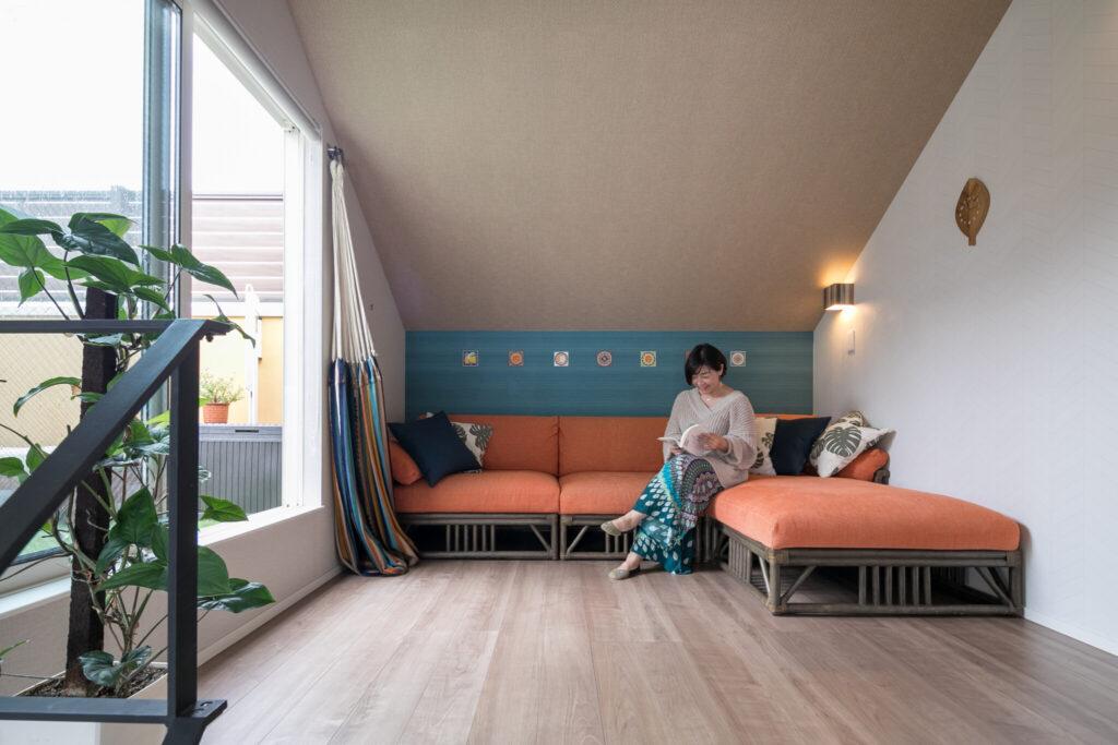 南イタリアの雰囲気をイメージしたという3階のフリースペース。青い壁とオレンジのソファがリゾート感を演出する。