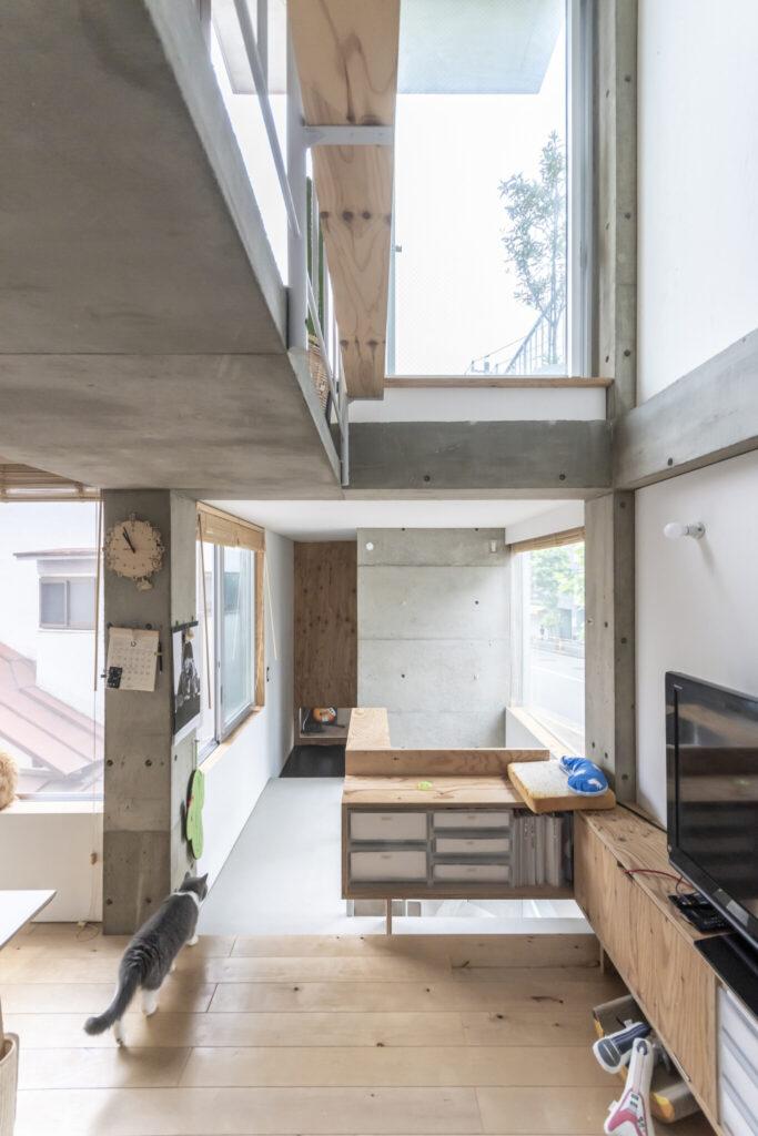 階段の奥に息子さんの個室がある。階段の上がテラスになっている。