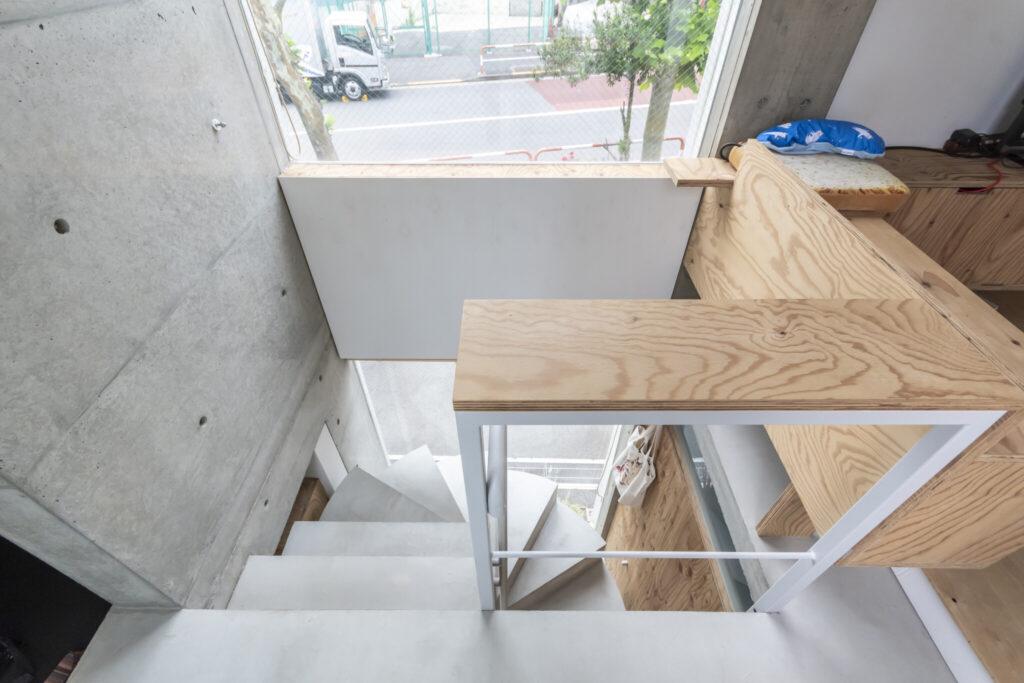 階段周りにつくられたネコたちのためだけの場所。それぞれ高さレベルが異なっている。